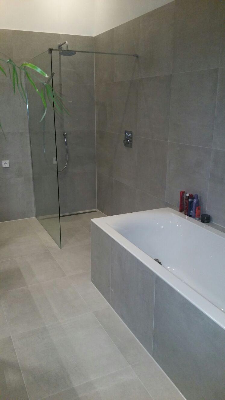Strakke grijze badkamer