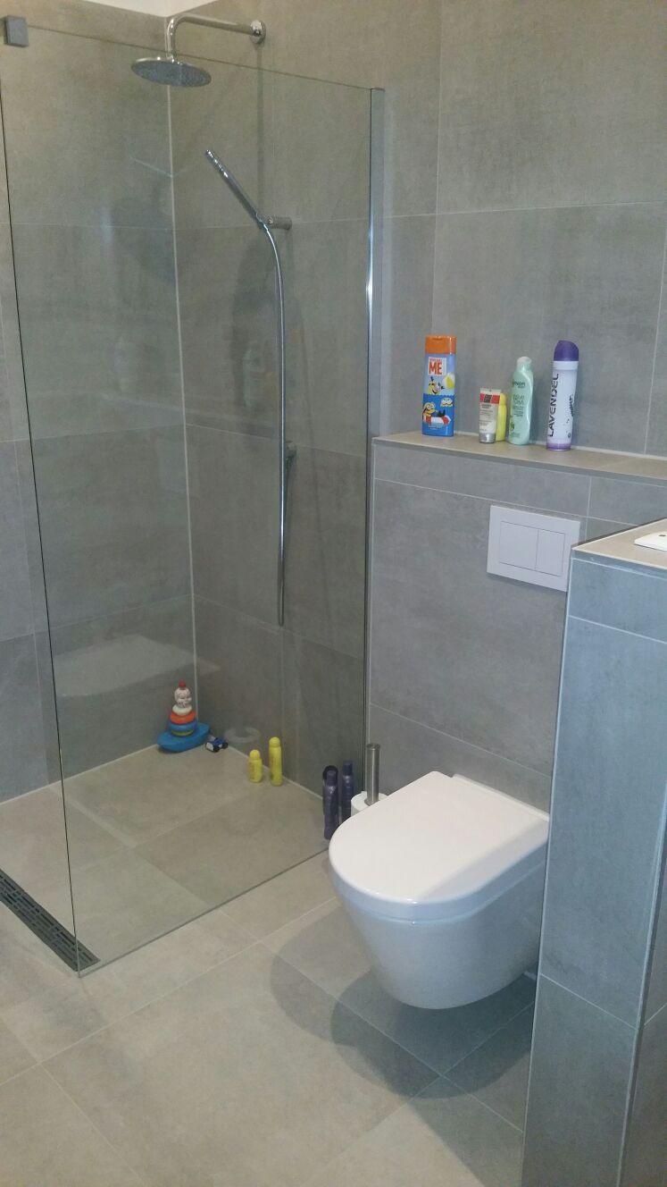 » Strakke grijze badkamer