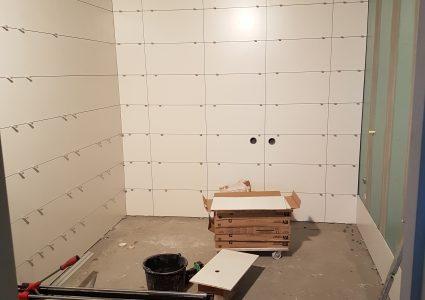 Witte Badkamer Wandtegels : Mat witte wandtegels in badkamer